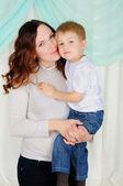 Küçük bir çocuk ve onun anne — Stok fotoğraf