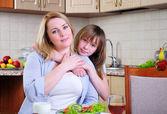 Filha de mãe e jovem — Fotografia Stock