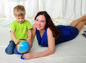 Маленький мальчик и его мама — Стоковое фото