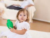 Dziewczynka gra na podłodze — Zdjęcie stockowe