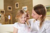 Mère avec une fille adolescente à la maison — Photo