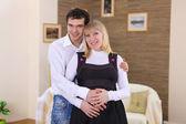 Żona w ciąży i jej męża w domu — Zdjęcie stockowe