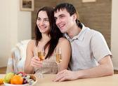 Genç bir çift evde yemek olan — Stok fotoğraf