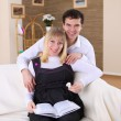 Pregnant wife and her husband at home — Stockfoto