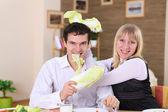 年轻的夫妇在家里吃饭。 — 图库照片