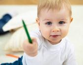 描画色の鉛筆と小さな男の子 — ストック写真