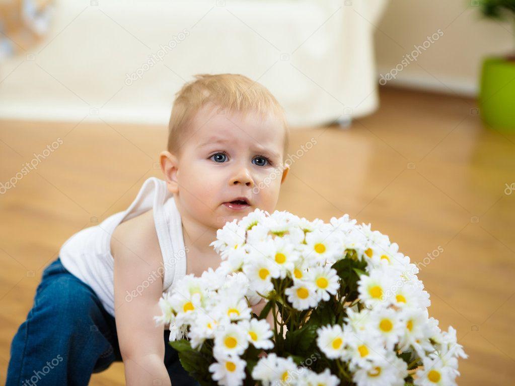 Мальчик с цветком в зубах