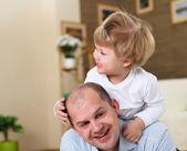 Baba ve oğul evde yerde oynuyor — Stok fotoğraf