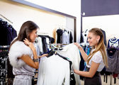 Young woman in a shop buying clothes — Foto Stock