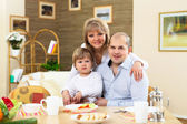 Family having meal at home — Stockfoto