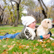 Boy playing in autumn park - Foto Stock