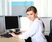 Una donna d'affari giovane in ufficio — Foto Stock