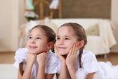 Twin schwestern zusammen zu hause — Stockfoto