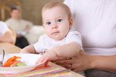 Uma jovem mãe alimentando seu bebê em casa — Foto Stock