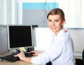 Una joven empresaria en oficina — Foto de Stock