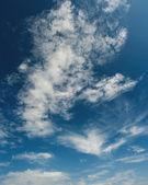 Beaux nuages sur le ciel bleu — Photo