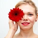 Girl with a flower daisy — Stock Photo