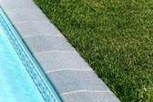 Grenze zwischen Pool und eine Liegewiese — Stockfoto
