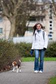 Menina andando com um cachorro — Foto Stock