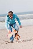 Uomo di giocare con il cane — Foto Stock