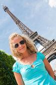 在巴黎快乐的女人 — 图库照片