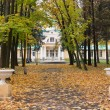 The old mansion in the park in autumn — Stock Photo