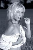 Belle femme se dresse sur un champ de blé — Photo