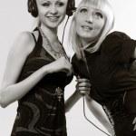 Two women listening to music — Stock Photo
