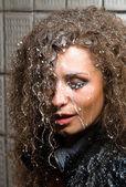 Güzel bir kadın seksi kıyafetler içinde süt ile kirli — Stok fotoğraf