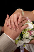 руки молодоженов — Стоковое фото