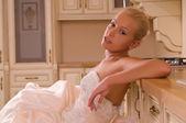 Bruid in de keuken — Stockfoto