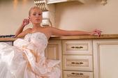 台所に座っている若い花嫁 — ストック写真