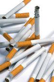 Zigaretten liegen auf einem weißen hintergrund — Stockfoto