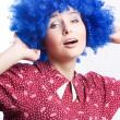 Gelukkige vrouw in blauwe pruik — Stockfoto
