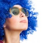 蓝色的假发的幸福女人 — 图库照片 #2738694