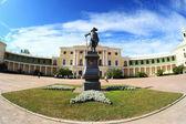 Pavlovsk Palace and Paul`s monument — ストック写真