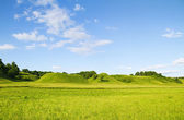 Green hill blue cloudy sky — Stock Photo