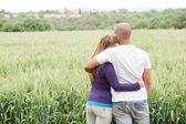 腕の周りのカップルのリアビュー — ストック写真