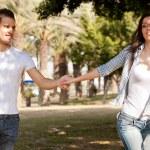 mladý pár, kteří požívají — Stock fotografie