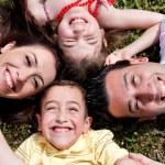 mutlu bir aile çemberin içinde döşeme — Stok fotoğraf
