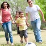 rodina hrát fotbal a baví — Stock fotografie