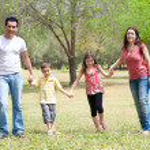 rodina pro fotoaparát v parku — Stock fotografie