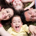 rodiče a děti, ležící na podlaze — Stock fotografie
