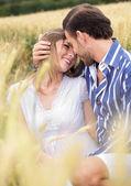 Una atractiva pareja intercambio apasionado — Foto de Stock