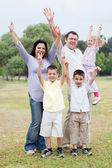 Açık havada zevk üzerinde mutlu bir aile — Stok fotoğraf