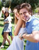 若いカップルの綱引きのゲームをプレイして楽しんで — ストック写真