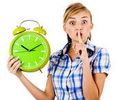 Dziewczyna z zegarem prosi nas do zachowania milczenia — Zdjęcie stockowe