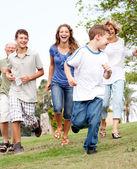Genç çocuk parkta takip ailesi — Stok fotoğraf