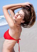 Kırmızı bikini seksi genç kadın — Stok fotoğraf