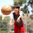 Young boy passing basketball — Stockfoto